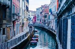 Fileiras de casas bonitas tradicionais no canal em Veneza, Itália fotos de stock