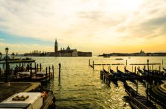Fileiras de casas bonitas tradicionais no canal em Veneza, Itália fotografia de stock