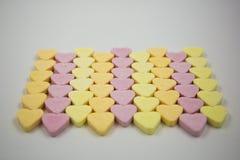 Fileiras de corações coloridos dos doces Fotografia de Stock Royalty Free