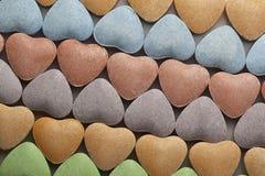 Fileiras de corações dos doces do dia do Valentim imagens de stock