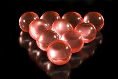 Fileiras de esferas aromáticas vermelhas do banho Fotos de Stock