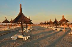 Fileiras de guarda-chuvas de praia NASCER DE O SOL Fotos de Stock Royalty Free