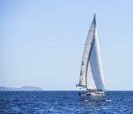 Fileiras de iate luxuosos na doca do porto Vela no mar Mediterrâneo Foto de Stock Royalty Free