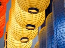 Fileiras de lanternas coloridas na escuridão Imagens de Stock