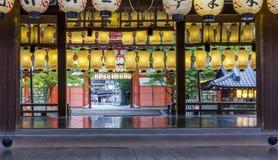 Fileiras de lanternas de papel coloridas no shtine xintoísmo, kyoto, japão fotografia de stock