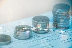 Fileiras de moedas tailandesas Fotografia de Stock Royalty Free