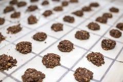 Fileiras de nenhumas sobremesas cozidas da cookie fotografia de stock royalty free