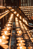 Fileiras de ofertas ardentes da vela na igreja Imagens de Stock Royalty Free
