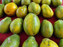 Fileiras de papaia havaianas no pano vermelho Foto de Stock Royalty Free