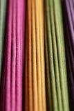Fileiras de varas coloridas do aroma Fotografia de Stock Royalty Free
