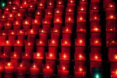 Fileiras de velas vermelhas Fotografia de Stock Royalty Free