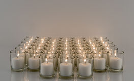 Fileiras de velas votivas Fotografia de Stock Royalty Free