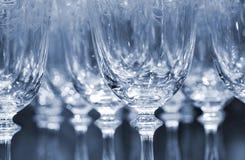 Fileiras de vidros de vinho vazios Fotografia de Stock