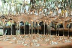 Fileiras de vidros de vinho vazios na tabela Fotos de Stock Royalty Free