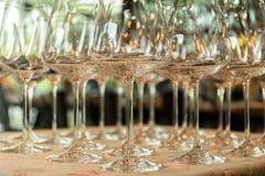 Fileiras de vidros de vinho vazios na tabela Fotografia de Stock Royalty Free