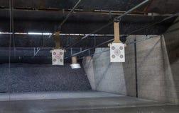 Fileiras do alvo em uma escala de tiro fotografia de stock