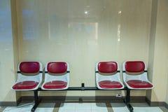 Fileiras do assentos vermelhos vazios imagens de stock royalty free
