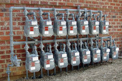 Fileiras do medidor de gás na parede comercial nova do edifício Fotos de Stock