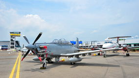 Fileiras do negócio e do avião militar na exposição, incluindo o rei Air 350ER de Beechcraft e o lutador do Texan II de Beechcraf Imagens de Stock Royalty Free