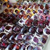 Fileiras dos óculos de sol da forma no indicador ao ar livre da loja Fotografia de Stock