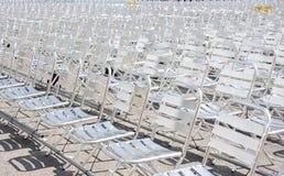 Fileiras dos assentos vazios da cadeira do metal instalados para algum evento ou desempenho do negócio Fotografia de Stock Royalty Free