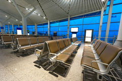 Fileiras dos bancos no aeroporto Fotografia de Stock Royalty Free