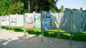 Fileiras dos cartazes no parlamento ensolarado verde do Eu da eleição do parque video estoque