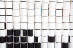 Fileiras dos cilindros de gerencio em branco e em preto para o desenvolvimento das crian?as fotos de stock royalty free