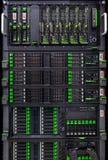 Fileiras dos discos rígidos no centro de dados imagem de stock