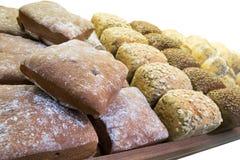 Fileiras dos loafs do pão fresco que encontram-se na prateleira Imagens de Stock