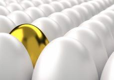 Fileiras dos ovos brancos com o um ovo dourado entre Foto de Stock