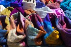 Fileiras dos scarves imagens de stock royalty free