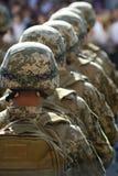 Fileiras dos soldados nos capacetes Fotos de Stock