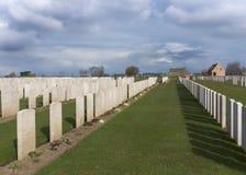 Fileiras dos túmulos em Bard Cottage Cemetery em Ypres, Flanders, Belgi fotografia de stock royalty free