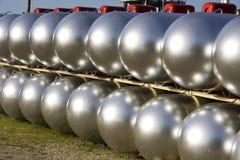 Fileiras dos tanques de propano brilhando Fotografia de Stock