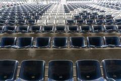 Fileiras vazias de assentos do anfiteatro do estádio ou de assentos do estádio, de assentos azuis e brancos plásticos no teste pa imagens de stock royalty free