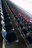 Fileiras vazias de assentos do anfiteatro do estádio ou de assentos do estádio, de assentos azuis e vermelhos plásticos no teste  fotografia de stock royalty free