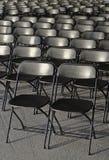 Fileiras vazias de cadeiras plásticas pretas Fotos de Stock Royalty Free