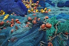 Filet bleu de pêcheur au port de pêcheur au Togo images stock