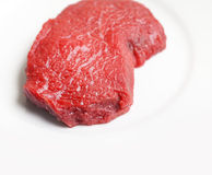 Filet cru de boeuf d'isolement sur le fond blanc Images libres de droits
