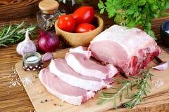 Filet cru de porc sur une planche à découper photo libre de droits