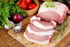 Filet cru de porc sur une planche à découper photographie stock