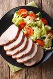 Filet cuit au four délicieux de porc avec le plan rapproché de salade de légume frais Photographie stock