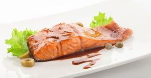 Filet cuit au four de truite avec de la sauce et des légumes à grenade Photographie stock libre de droits