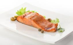 Filet cuit au four de truite avec le letuce et le basilic verts Images stock