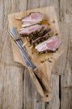Filet d'agneau sur un conseil en bois Images libres de droits