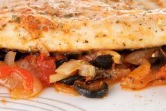 Filet de bar de mer avec des légumes d'un plat Photographie stock libre de droits