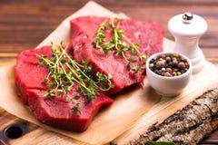 Filet de boeuf cru frais et biftecks marbrés avec l'assaisonnement Photos stock
