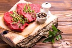 Filet de boeuf cru frais et biftecks marbrés avec l'assaisonnement Image stock