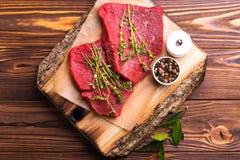 Filet de boeuf cru frais et biftecks marbrés avec l'assaisonnement Photographie stock libre de droits